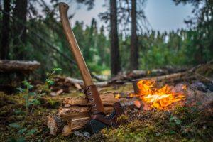 Bushcraft in Deutschland mit Feuer im Wald