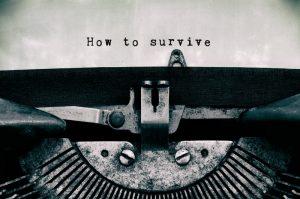 Schreibmaschine schreibt Notfallcheckliste